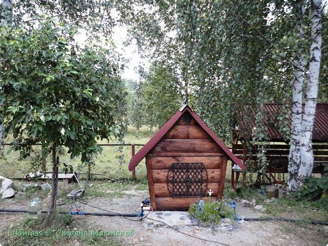 Домик не просто домик и какой-то там арт-объект, этот домик скрывает и защищает оборудование скважины. И приятно и полезно. Иногда так бывает фото 2