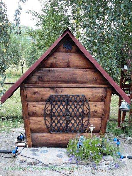 Домик не просто домик и какой-то там арт-объект, этот домик скрывает и защищает оборудование скважины. И приятно и полезно. Иногда так бывает фото 1