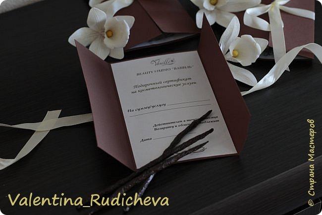 Цветочки розы и листья эвкалипта на гребне для волос. фото 7