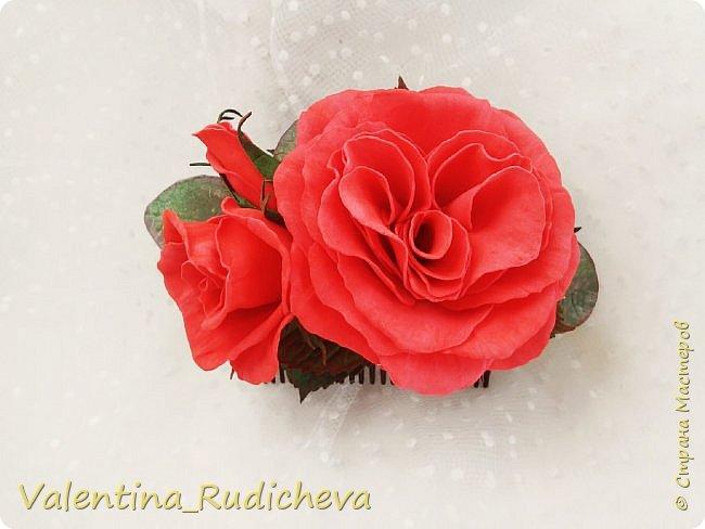 Цветочки розы и листья эвкалипта на гребне для волос. фото 1