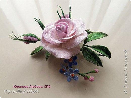 Чайная роза с веточкой незабодок. фото 2