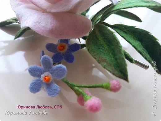 Чайная роза с веточкой незабодок. фото 4