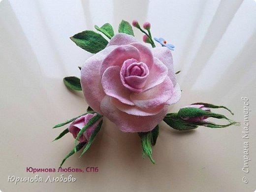 Чайная роза с веточкой незабодок. фото 3