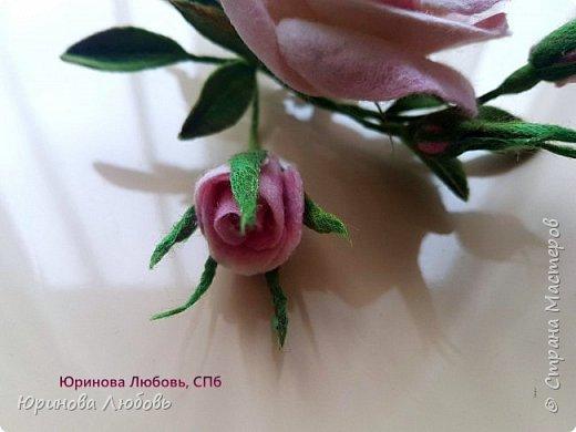 Чайная роза с веточкой незабодок. фото 5