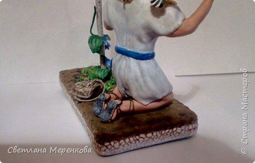 Здравствуйте, Страна Мастеров! Вот и еще готова одна из моих минискульптур.На этот раз я решила изобразить сюжет на религиозную тему- библейского юного пастуха-Давида в молитве.Я не отображала сам сюжет из Библии ,решила сделать в более другой форме,я бы сказала, в фэнтезийном варианте или что-то около этого.Задумка такова:В молитве Господь Бог услышал юного Давида-пастуха,который молится на скале(здесь я сделала все в виде платформы,не знаю скалистый ландшафт немного мне удалось отобразить или нет,хочу получить адекватную оценку), и послал Свое благославение ....Как и всегда это очередная работа в технике папье-маше и немного бумагопластики при изготовлении птиц.Работа полностью не закончена...нет росы на траве и лиане,и конечно же была бы более реалистичная бутафория с применением флюоросцентной краски. фото 6