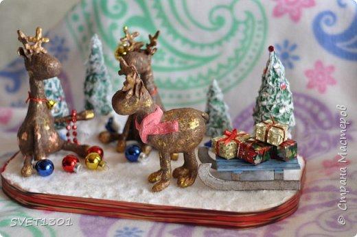 Вот такую новогоднюю композицию я сделала к НГ. Олени и ёлки из ватного папье -маше, санки из картона.  фото 1
