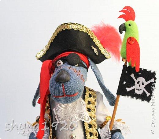 Песенка пирата.  По взорванному морю! Закрыв повязкой глаз, В карманах по пистолю, Пиратский нож в зубах, И попугай на рее. Я всех чертей смелее! Плевать мне на мираж! Иду на абордаж!!!  Автор Эрника фото 6