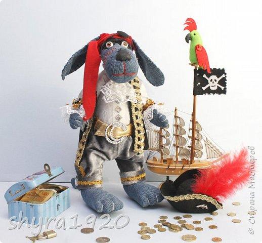 Песенка пирата.  По взорванному морю! Закрыв повязкой глаз, В карманах по пистолю, Пиратский нож в зубах, И попугай на рее. Я всех чертей смелее! Плевать мне на мираж! Иду на абордаж!!!  Автор Эрника фото 7