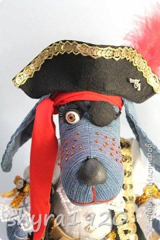 Песенка пирата.  По взорванному морю! Закрыв повязкой глаз, В карманах по пистолю, Пиратский нож в зубах, И попугай на рее. Я всех чертей смелее! Плевать мне на мираж! Иду на абордаж!!!  Автор Эрника фото 12