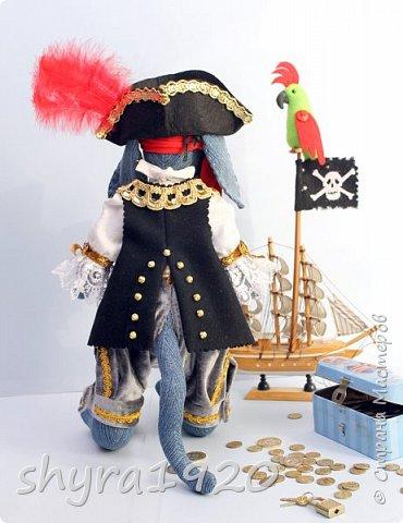 Песенка пирата.  По взорванному морю! Закрыв повязкой глаз, В карманах по пистолю, Пиратский нож в зубах, И попугай на рее. Я всех чертей смелее! Плевать мне на мираж! Иду на абордаж!!!  Автор Эрника фото 4