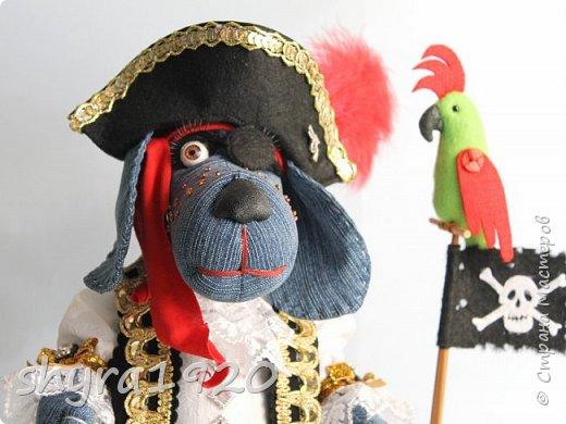Песенка пирата.  По взорванному морю! Закрыв повязкой глаз, В карманах по пистолю, Пиратский нож в зубах, И попугай на рее. Я всех чертей смелее! Плевать мне на мираж! Иду на абордаж!!!  Автор Эрника фото 1