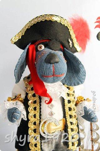 Песенка пирата.  По взорванному морю! Закрыв повязкой глаз, В карманах по пистолю, Пиратский нож в зубах, И попугай на рее. Я всех чертей смелее! Плевать мне на мираж! Иду на абордаж!!!  Автор Эрника фото 13