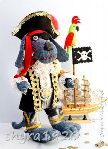 Песенка пирата.  По взорванному морю! Закрыв повязкой глаз, В карманах по пистолю, Пиратский нож в зубах, И попугай на рее. Я всех чертей смелее! Плевать мне на мираж! Иду на абордаж!!!  Автор Эрника фото 2