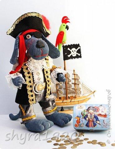 Песенка пирата.  По взорванному морю! Закрыв повязкой глаз, В карманах по пистолю, Пиратский нож в зубах, И попугай на рее. Я всех чертей смелее! Плевать мне на мираж! Иду на абордаж!!!  Автор Эрника фото 14