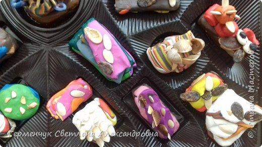 К празднику   именинников    ребята решили  превратиться в  кондитеров  и  изготовить  конфеты ассорти: с орешками ,с изюмом, в  желе,с халвой , в виде хот- дога ,  сосиски ,машинки , зайчика,пирамидки, ежика ,яичницы, с клубничкой, слоеные  и др. фото 3
