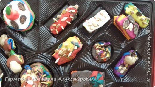 К празднику   именинников    ребята решили  превратиться в  кондитеров  и  изготовить  конфеты ассорти: с орешками ,с изюмом, в  желе,с халвой , в виде хот- дога ,  сосиски ,машинки , зайчика,пирамидки, ежика ,яичницы, с клубничкой, слоеные  и др. фото 4