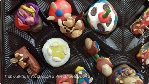 К празднику   именинников    ребята решили  превратиться в  кондитеров  и  изготовить  конфеты ассорти: с орешками ,с изюмом, в  желе,с халвой , в виде хот- дога ,  сосиски ,машинки , зайчика,пирамидки, ежика ,яичницы, с клубничкой, слоеные  и др. фото 5