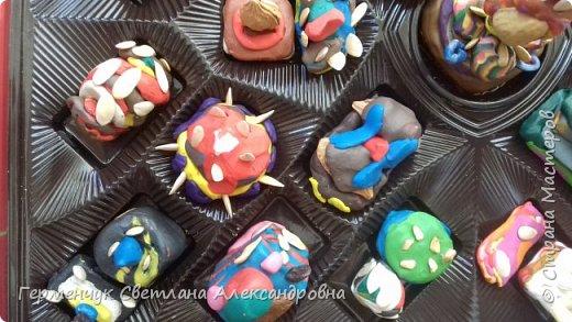 К празднику   именинников    ребята решили  превратиться в  кондитеров  и  изготовить  конфеты ассорти: с орешками ,с изюмом, в  желе,с халвой , в виде хот- дога ,  сосиски ,машинки , зайчика,пирамидки, ежика ,яичницы, с клубничкой, слоеные  и др. фото 6