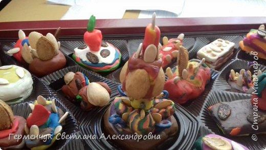 К празднику   именинников    ребята решили  превратиться в  кондитеров  и  изготовить  конфеты ассорти: с орешками ,с изюмом, в  желе,с халвой , в виде хот- дога ,  сосиски ,машинки , зайчика,пирамидки, ежика ,яичницы, с клубничкой, слоеные  и др. фото 7