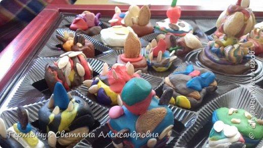 К празднику   именинников    ребята решили  превратиться в  кондитеров  и  изготовить  конфеты ассорти: с орешками ,с изюмом, в  желе,с халвой , в виде хот- дога ,  сосиски ,машинки , зайчика,пирамидки, ежика ,яичницы, с клубничкой, слоеные  и др. фото 8
