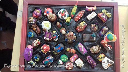 К празднику   именинников    ребята решили  превратиться в  кондитеров  и  изготовить  конфеты ассорти: с орешками ,с изюмом, в  желе,с халвой , в виде хот- дога ,  сосиски ,машинки , зайчика,пирамидки, ежика ,яичницы, с клубничкой, слоеные  и др. фото 9