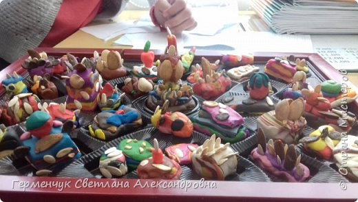 К празднику   именинников    ребята решили  превратиться в  кондитеров  и  изготовить  конфеты ассорти: с орешками ,с изюмом, в  желе,с халвой , в виде хот- дога ,  сосиски ,машинки , зайчика,пирамидки, ежика ,яичницы, с клубничкой, слоеные  и др. фото 10