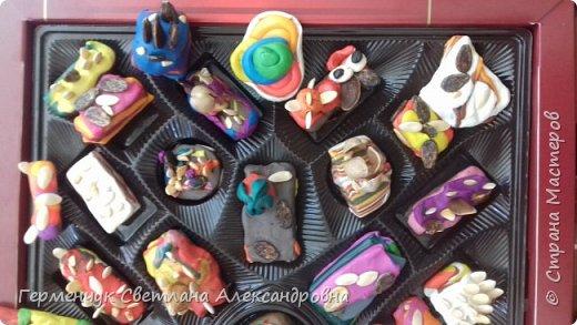 К празднику   именинников    ребята решили  превратиться в  кондитеров  и  изготовить  конфеты ассорти: с орешками ,с изюмом, в  желе,с халвой , в виде хот- дога ,  сосиски ,машинки , зайчика,пирамидки, ежика ,яичницы, с клубничкой, слоеные  и др. фото 11