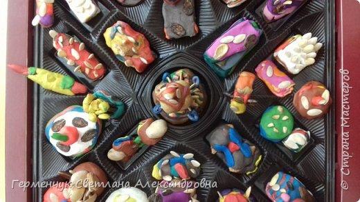 К празднику   именинников    ребята решили  превратиться в  кондитеров  и  изготовить  конфеты ассорти: с орешками ,с изюмом, в  желе,с халвой , в виде хот- дога ,  сосиски ,машинки , зайчика,пирамидки, ежика ,яичницы, с клубничкой, слоеные  и др. фото 12