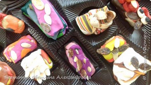 К празднику   именинников    ребята решили  превратиться в  кондитеров  и  изготовить  конфеты ассорти: с орешками ,с изюмом, в  желе,с халвой , в виде хот- дога ,  сосиски ,машинки , зайчика,пирамидки, ежика ,яичницы, с клубничкой, слоеные  и др. фото 14