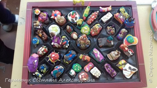 К празднику   именинников    ребята решили  превратиться в  кондитеров  и  изготовить  конфеты ассорти: с орешками ,с изюмом, в  желе,с халвой , в виде хот- дога ,  сосиски ,машинки , зайчика,пирамидки, ежика ,яичницы, с клубничкой, слоеные  и др. фото 1