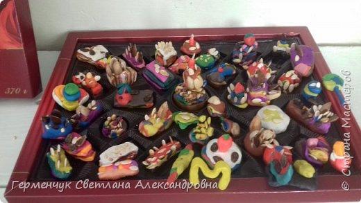 К празднику   именинников    ребята решили  превратиться в  кондитеров  и  изготовить  конфеты ассорти: с орешками ,с изюмом, в  желе,с халвой , в виде хот- дога ,  сосиски ,машинки , зайчика,пирамидки, ежика ,яичницы, с клубничкой, слоеные  и др. фото 16