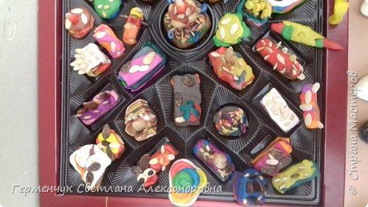 К празднику   именинников    ребята решили  превратиться в  кондитеров  и  изготовить  конфеты ассорти: с орешками ,с изюмом, в  желе,с халвой , в виде хот- дога ,  сосиски ,машинки , зайчика,пирамидки, ежика ,яичницы, с клубничкой, слоеные  и др. фото 17