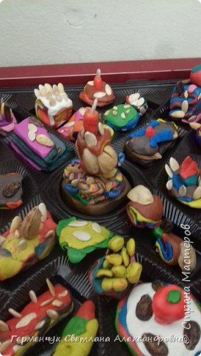 К празднику   именинников    ребята решили  превратиться в  кондитеров  и  изготовить  конфеты ассорти: с орешками ,с изюмом, в  желе,с халвой , в виде хот- дога ,  сосиски ,машинки , зайчика,пирамидки, ежика ,яичницы, с клубничкой, слоеные  и др. фото 18