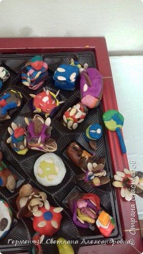 К празднику   именинников    ребята решили  превратиться в  кондитеров  и  изготовить  конфеты ассорти: с орешками ,с изюмом, в  желе,с халвой , в виде хот- дога ,  сосиски ,машинки , зайчика,пирамидки, ежика ,яичницы, с клубничкой, слоеные  и др. фото 19