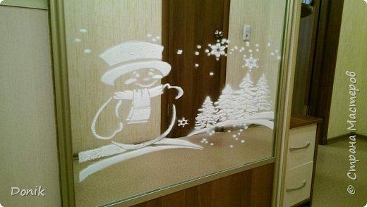 Добрый день всем жителям Страны Мастеров!  Вот так в том году красовались мои зеркала на Новый год. Рисовались они искусственным снегом через самодельные  шаблоны. Шаблоны вырезаны с моющихся  обоев,чтобы при намокании шаблон не скручивался. фото 1