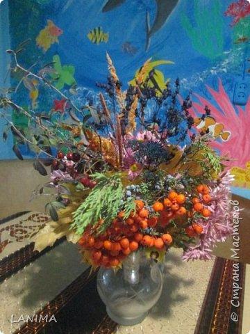 букет для осеннего бала в школе,состоит из хризантемы,рябина,боярышник,веточка туи,листья клёна,и разные степные травки. фото 1
