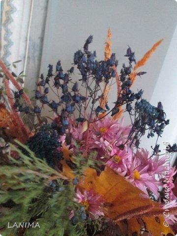 букет для осеннего бала в школе,состоит из хризантемы,рябина,боярышник,веточка туи,листья клёна,и разные степные травки. фото 4