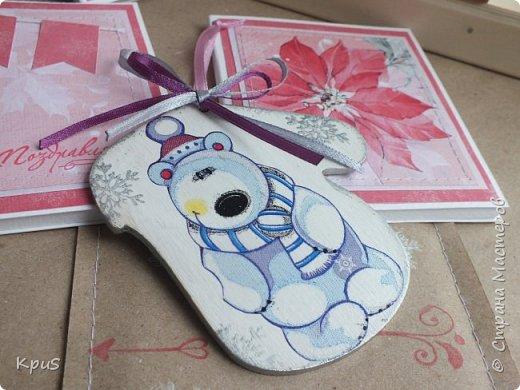 И снова здравствуйте! Еще продолжаю отвечать на комментарии на мои новогодние санки, а уже спешу показать новые  работы к Новому году. Эти варежки подготовила в подарок воспитателям детского сада. Женщины они молодые . У всех дети и надеюсь мой презент будет оценен и полезен. В качестве упаковки и дополнения сделала небольшие открытки с карманчиком. Процесс изготовления таких игрушек прост и доступен каждому. Одну сторону украсила фигуркой смешного мишки, обратная сторона у всех одинаковая и также украшена салфеткой. В качестве дополнительного декора использовала бантики из тонкой атласной ленты. Теперь покажу все подробнее. фото 3