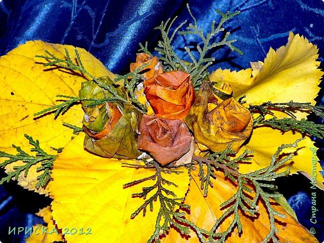 Привет всем гостям моей странички!!! Каждый год мы с доченькой собираем осенние опавшие листья и плетем из них веночки,  браслеты.  А в этом году я вспомнила,  что из листьев можно сделать розочки.  Вот такой осенний букет с розочками у нас получился.  фото 2