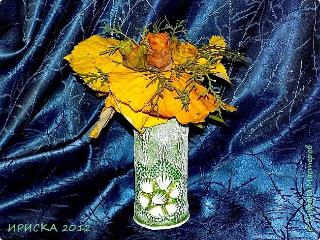 Привет всем гостям моей странички!!! Каждый год мы с доченькой собираем осенние опавшие листья и плетем из них веночки,  браслеты.  А в этом году я вспомнила,  что из листьев можно сделать розочки.  Вот такой осенний букет с розочками у нас получился.  фото 6