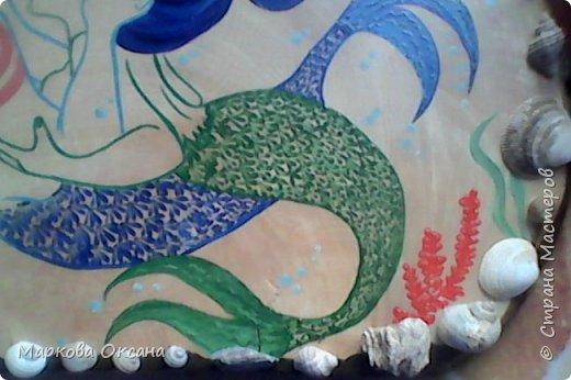 Добрый вечер ! У подруги 55- летие, юбилей ! На березовом капе нарисовала влюбленных  русалок гуашью, украсила все блестками и покрыла лаком яхтным , блеска нет , надо было паркетным покрывать , блестело бы все !!! фото 3