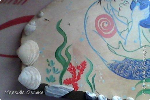 Добрый вечер ! У подруги 55- летие, юбилей ! На березовом капе нарисовала влюбленных  русалок гуашью, украсила все блестками и покрыла лаком яхтным , блеска нет , надо было паркетным покрывать , блестело бы все !!! фото 4