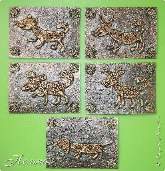 """Первая серия """"Собаки"""". Согласно восточному гороскопу, символом 2018 года станет желтая земляная Собака. Вот и я решила сделать своих собачек из соленого теста и позолотить. Украсила карточки кружевными цветочками и маленькими стразами.  фото 1"""