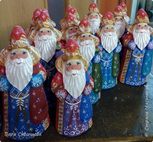 Дед Мороз — главный сказочный персонаж на празднике Нового года. Каждый с малолетства знает,что ни один Новый год не проходит без этого рождественского дарителя.  А вот, что можно сделать из бруска дерева и нескольких цветов акриловых красок. фото 1