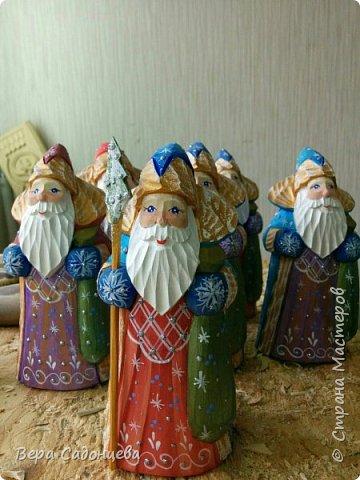 Дед Мороз — главный сказочный персонаж на празднике Нового года. Каждый с малолетства знает,что ни один Новый год не проходит без этого рождественского дарителя.  А вот, что можно сделать из бруска дерева и нескольких цветов акриловых красок. фото 4