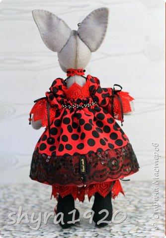 Мчится Божия Коровка В красном платьице коротком, Платье модное, в горошки, В лапках модные сапожки. На сапожке каблучок Отвалился, а жучок Обещал - каблук прибьёт, Если гвоздики найдёт!  Автор: О. Конаева  фото 4
