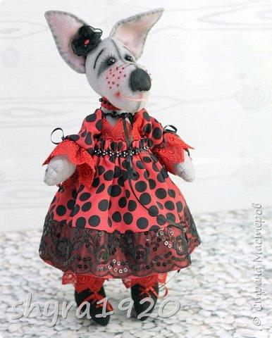 Мчится Божия Коровка В красном платьице коротком, Платье модное, в горошки, В лапках модные сапожки. На сапожке каблучок Отвалился, а жучок Обещал - каблук прибьёт, Если гвоздики найдёт!  Автор: О. Конаева  фото 1