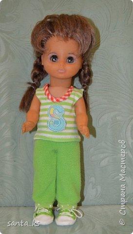 Здравствуйте мастера и мастерицы! Знакомьтесь-это куколка моего детства Настенька. Долго она пролежала в коробке на антресоли... и вот решила ее достать и отдать дочке.А чтобы понравиться новой хозяйке нужно было обновить гардероб. Платье сшито из сарафанчика дочки, который стал ей мал Туфельки из фетра. фото 2