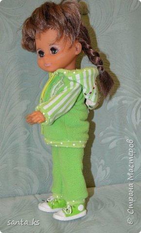 Здравствуйте мастера и мастерицы! Знакомьтесь-это куколка моего детства Настенька. Долго она пролежала в коробке на антресоли... и вот решила ее достать и отдать дочке.А чтобы понравиться новой хозяйке нужно было обновить гардероб. Платье сшито из сарафанчика дочки, который стал ей мал Туфельки из фетра. фото 3