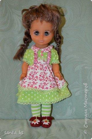 Здравствуйте мастера и мастерицы! Знакомьтесь-это куколка моего детства Настенька. Долго она пролежала в коробке на антресоли... и вот решила ее достать и отдать дочке.А чтобы понравиться новой хозяйке нужно было обновить гардероб. Платье сшито из сарафанчика дочки, который стал ей мал Туфельки из фетра. фото 1